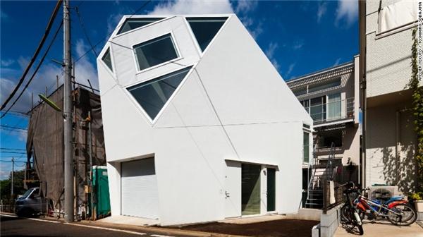 Ngôi nhà ở Tokyo này có hình dạng khối nhiều mặt để ánh sáng có thể tràn vào phòng khách.(Ảnh: CNN)