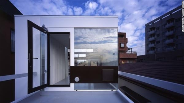 Wafers là một ngôi nhà được thiết kế theo phong cách công nghiệp, sử dụng bê tông cốt thép, thép không gỉ và cửa sổ có độ phản chiếu cao.(Ảnh: CNN)