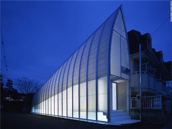 Lucky Drops nằm trên một khu đất méo mó, không đẹp đẽ và được xây dựng với kinh phí khá eo hẹp. Ngôi nhà dài và hẹp này có bề ngang ở nơi rộng nhất cũng chỉ vỏn vẹn 76m, gây khó khăn cho các kiến trúc sư của công ty kiến trúc Atelier Tekuto. (Ảnh: CNN)