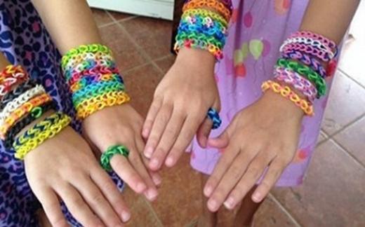 Ngày bé thường hay nhịn ăn lấy tiền mua thun, rồi tết lại làm nhẫn, vòng tay, vòng cổ các thể loại. Vòng tay bằng thun cũng đầy đủ các màu khác nhau.