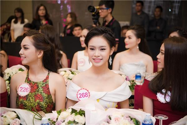 Các thí sinh Hoa hậu Việt Namtrong buổi họp báo vào hôm qua (22/8).