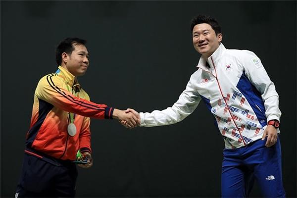 Hoàng Xuân Vinh (trái) thắng Jin Jong-oh tại Olympic Rio 2016.