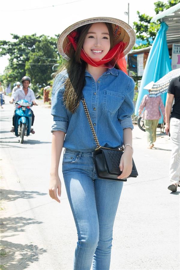 Hình ảnh người đẹp diện nón lá giản dị giữa đường quê thu hút sự chú ý của nhiều người đi đường. - Tin sao Viet - Tin tuc sao Viet - Scandal sao Viet - Tin tuc cua Sao - Tin cua Sao