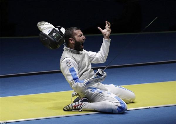 Cảm xúc trên khuôn mặt của VĐV người Italia Giorgio Avola khi đánh bại Peter Joppich của Đức để lọt vào vòng tứ kết nội dung kiếm lá cá nhân nam.