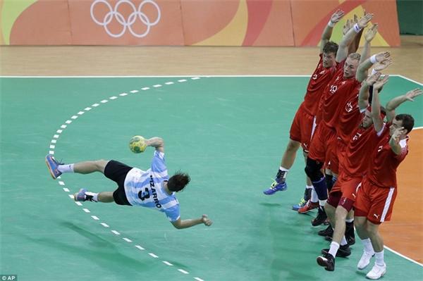 Cầu thủ Federic Pizarro của Argentina đối mặt với 6 hậu vệ Đan Mạch trong nỗ lực ngăn cản một quả ném phạt ở môn bóng ném.