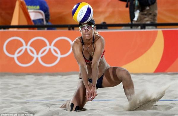 April Ross đỡ bóng trong môn bóng chuyền bãi biển khi cô và đồng đội Kerri Walsh Jennings giành được huy chương đồng.