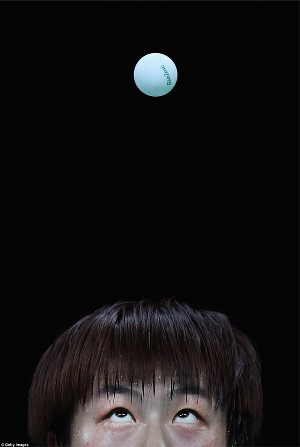 Tay vợt bóng bàn Trung Quốc Ning Ding, người giành huy chương vàng ở cả hai nội dung đơn và đôi, dõi mắt nhìn quả bóng.