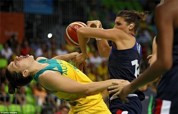 Helena Ciak của Australia phạm lỗi với Marianna Tolo của Pháp trong trận vòng loại bóng rổ nữ.