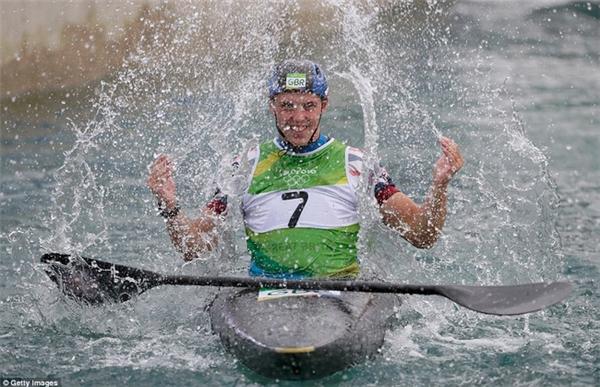Joe Clarke của Anh ăn mừng với nước sau khi giành HCV nội dung kayak đơn nam.
