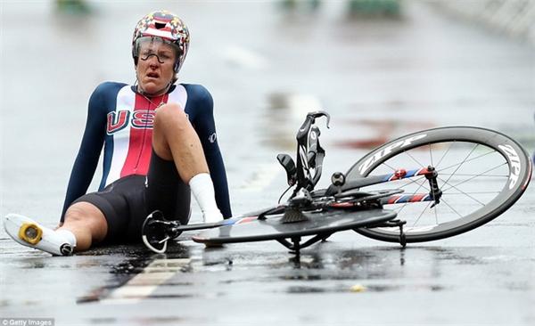 Kristin Armstrong ngồi bệt xuống đường vì kiệt sức sau khi giành huy chương vàng nội dung đua đường trường cá nhân tính giờ nữ.