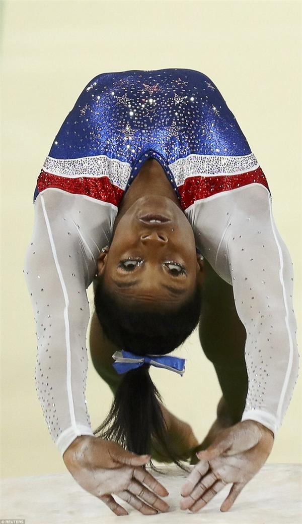 Simone Biles trong phần thi của mình mà sau đó cô trở thành VĐV nữ toàn năng nhất với 4 HCV thể dục dụng cụ.