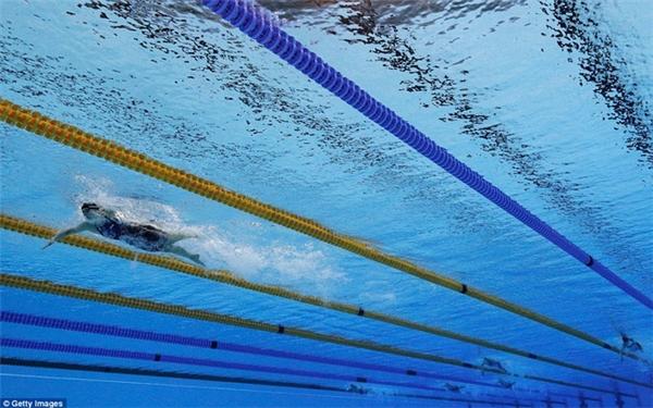 Katie Ledecky bỏ xa đối thủ của mình phía sau trong nội dung bởi tự do 800m với thời gian12 giây mà cô đoạt huy chương vàng.