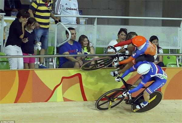 Laurine van Riessen buộc phải lên băng phía trên cùng của đường đua khi cố vượt qua Virignie Cueff của Pháp khiến khán giả co rúm.