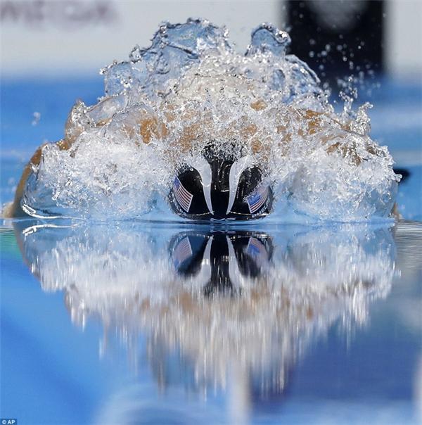 Phelps lướt trên mặt nước ở nội dung 200m hỗn hợp cá nhân, trên đường lập kỷ lục với huy chương vàng thứ 22 trong 23 huy chương vàng Olympic của mình.
