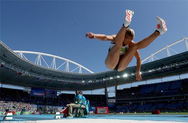 Jennifer Oeser của Đức bay trên không ở bài thi nhảy xa thuộc 7 môn phối hợp nữ tại Olympic Rio.