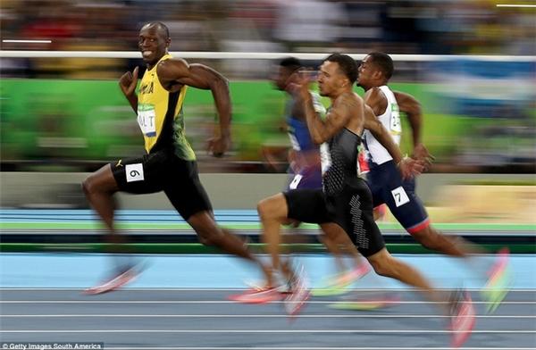Tất cả quá dễ dàng cho Usain Bolt, người vẫn còn thời gian để cười trong cuộc đua bán kết 100m để sau đó lập hat-trick huy chương vàng.