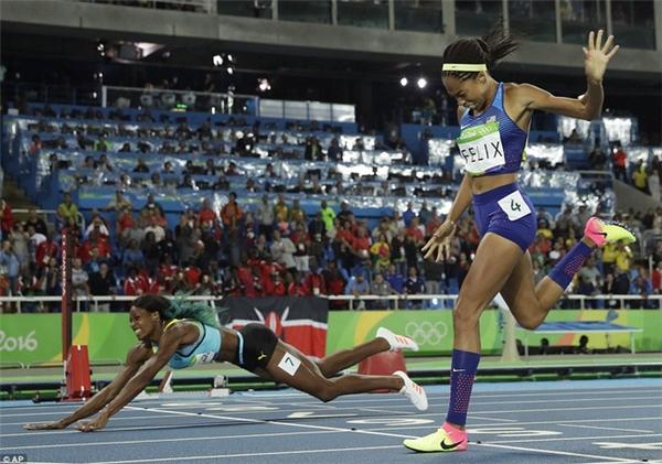 Shaunae Miller rướn người về phía vạch đi khi kết thúc nội dung 400m để giành huy chương vàng cho đội Bahamas trước đối thủ Allyson Felix.