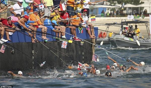 Các VĐV bơi với đồ uống được các đồng đội treo lơ lửng ở mặt nước trong cuộc tranh tài nội dung marathon.