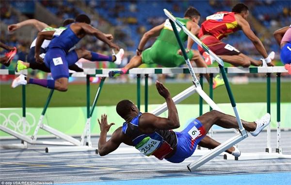 Jeffery Julmis của Haiti bị ngã sau khi vấp phải rào ở bán kết nội dung 110m vượt rào nam.