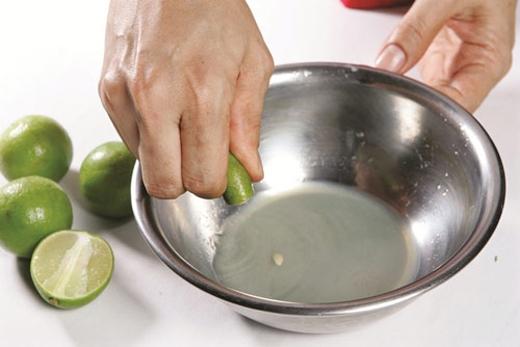 Để màutóc trôngsáng màu và tự nhiênhơn, hãy lấy nước cốt chanh ủ lên tóc. Ngoài ra, trà hoa cúc cũng có tác dụng làm sáng màu tóc tương tự.