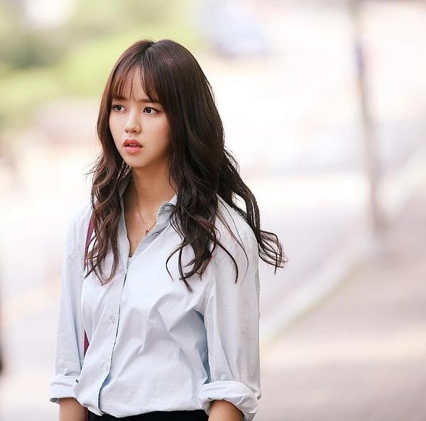 """Thích thú """"ma nữ"""" Kim So Hyun phảng phất bóng dáng chị em School 2015"""
