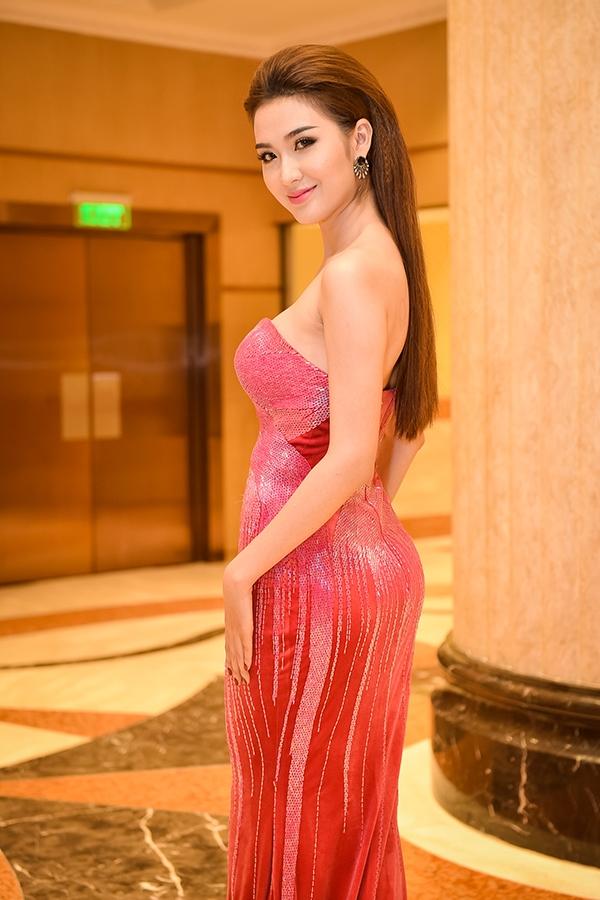 Sau The Face Vietnam 2016, Ngọc Loan đẩy mạnh việc xây dựng hình ảnh theo phong cách quyến rũ, gợi cảm. Nữ người mẫu cũng đang ấp ủ một vài dự án để tiến thân vào V-biz.