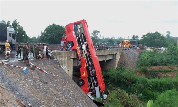 Xe khách treo lơ lửng trên thành cầu như xiếc, 11 người thương vong