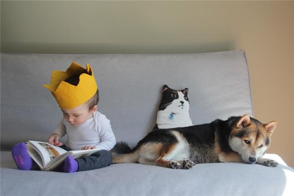 Ngồi yên đó em đọc truyện cho nghe nhé.