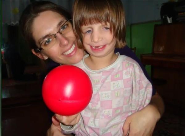 Quyết định nhận nuôi Danicakhông chỉ mang đến tiếng cười cho Juliana mà còn cứu vớt cuộc đời của một trẻ thơ.