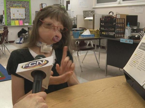 Juliana trả lời phỏng vấn bằng kí hiệu.