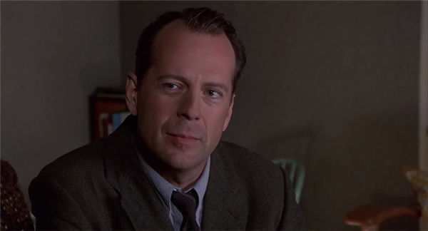 Bruce Willis trong phim Die Hard (ảnh trên) và The Sixth Sense (ảnh dưới)