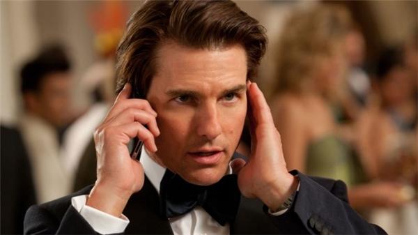 Tom Cruise trong phim War of the Worlds (ảnh trên) và Mission: Impossible (ảnh dưới)