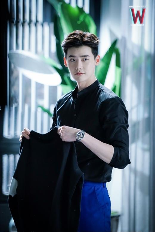 Rụng tim với vẻ đẹp trai của Lee Jong Suk khi diện sơ mi trong W