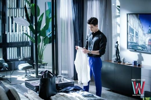 Sơ mi đen cổ trụ kết hợp với quần xanh coban, thời trang của Lee Jong Suk vô cùng bắt mắt và cuốn hút.