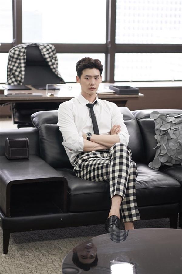 Theo chân Lee Jong Suk trong một ngày làm Kang Chul