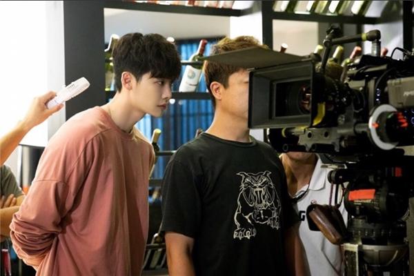 Kang Chul chăm chú theo dõi phần ghi hình chương trình W với hi vọng tìm ra được hung thủ đã hại chết gia đình anh trong quá khứ.