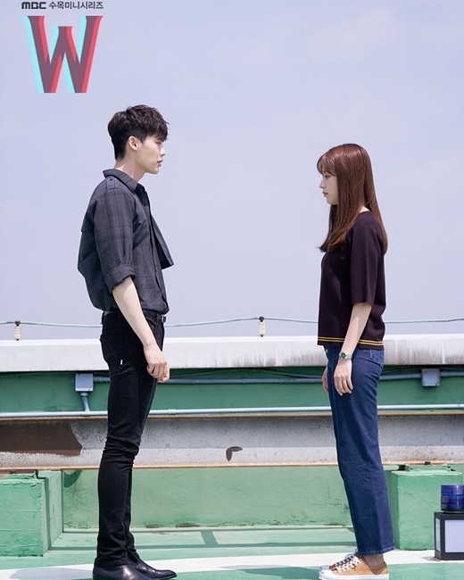 Với áo sơ mi đen kẻ ô, quần ka ki và giày đen, set đồ all black này đã giúp Lee Jong Suk ghi điểm tuyệt đối.