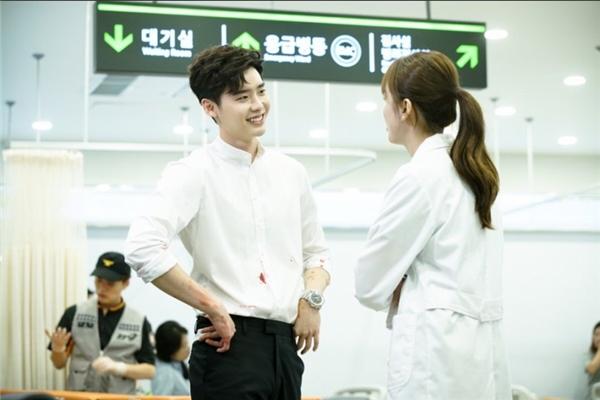 """Sau đó, Kang Chul có mặt tại bệnh viên đón vợ sắp cưới, nữ bác sĩ Oh Yeon Joo. Chàng mĩ nam này trở thành tâm điểm chú ý của mọi người bởi vẻ ngoài chẳng khác """"nam thần"""" bước ra từ truyện tranh."""