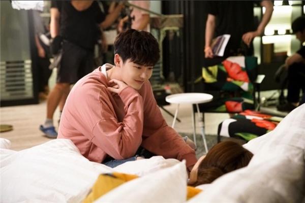 Anh kết thúc một ngày dài bằng việc ngắm nhìn Oh Yeon Joo chìm vào giấc ngủ yên bình.