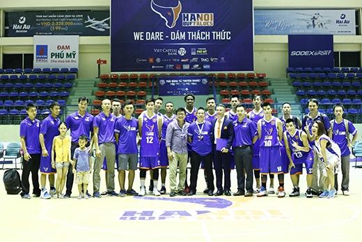 Hà Nhi cùng toàn thể đội tuyển Hanoi Buffaloes sau chiến thắng oanh liệt trước đội bóng lừng danh Saigon Heat.