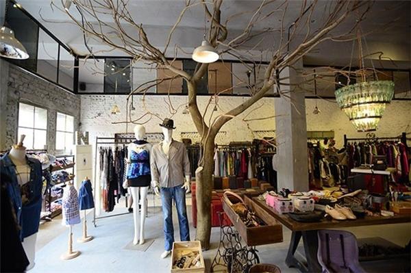 | Ngoài ra, nhà ga 3A còn là nơi quy tụ của những cửa hàng quần áo, phụ kiện, triển lãm cao cấp, đánh vào thị phần giới trẻ ưa chuộng các mặt hàng thời trang độc lạ chất lượng cao.