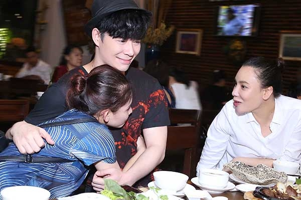 Tối qua, Hồ Quỳnh Hương và Nathan Lee đã đưa Minh Như đi ăn chay sau chiến thắng đầy ấn tượng. Bộ ba thầy trò vui vẻ khi gặp gỡ, đồng thời không ngừng ''tám'' chuyện suốt buổi tối.