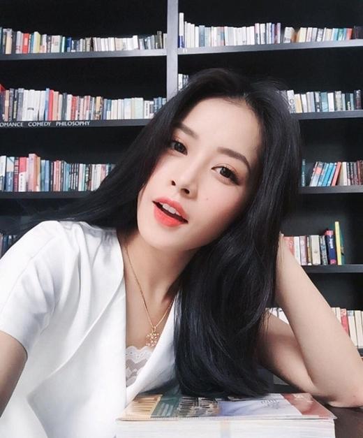 Tóc đen giúp Chi Pu trông trẻ trung hơn tuổi.