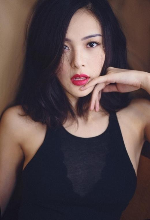 """""""Nàng Tấm"""" Hạ Vi toát lên vẻ đẹp mặn mà """"vạn người mê"""" với màu tóc đen và lối make-up sắc sảo."""