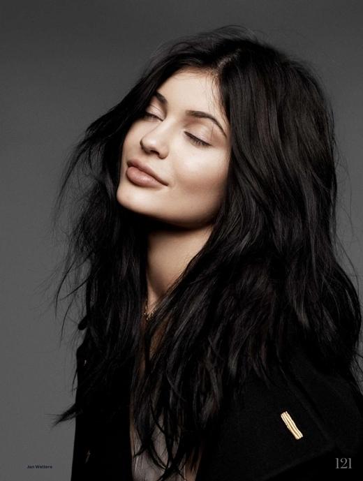 Từng gây chú ý với nhiều màu tóc đầy táo bạo và ấn tượng, Kylie Jenner một lần nữa khiến người hâm mộ điên đảo với màu tóc đen óng mượt. Với màu tóc đen, cô nàng mang vẻ đẹp mặn mà và vô cùng quyến rũ.