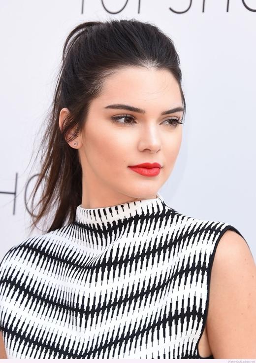 Màu tóc đen kết hợp cùng lối make-up đậm làm tôn lên đường nét sắc sảo của Kendall Jenner.