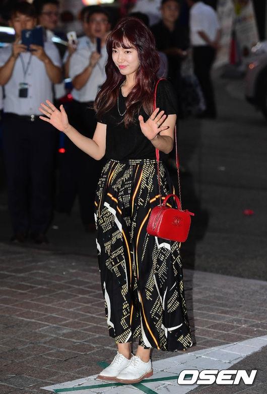 Nữ chính Park Shin Hye khác lạ với kiểu tóc mới. Dù trang phục đơn giản nhưng nữ diễn viên 26 tuổi vẫn vô cùng quyến rũ và quý phái.