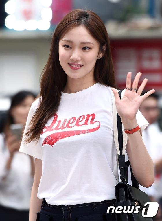 Lee Sung Kyung diện quần jeans dài ống loe hợp thời để khoe ra đôi chân dài miên man đúng chuẩn người mẫu của mình. Vẻ đẹp của nữ diễn viên khiến mọi người phải xuýt xoa.
