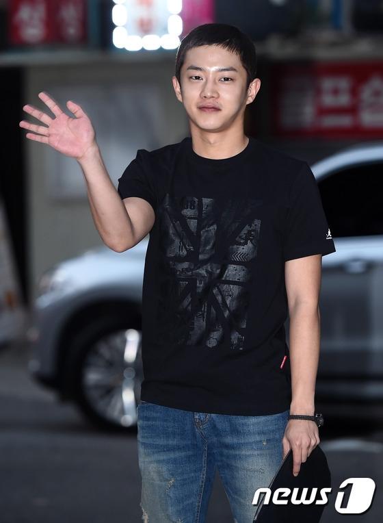 Kim Min Suk hi sinh mái tóc cho nhân vật Kang Soo trong phim