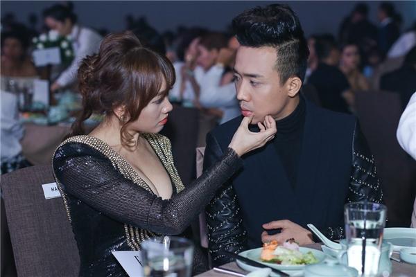 Cặp đôi luôn dành cho nhau những cử chỉ quan tâm, âu yếm nơi công cộng.